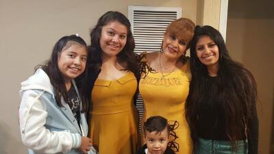 Osvelia Maldonado posa al lado de sus nietos.