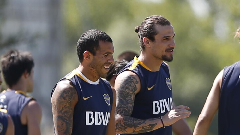 Pablo Osvaldo sonríe junto a Carlos Tevez en la práctica de Boca.