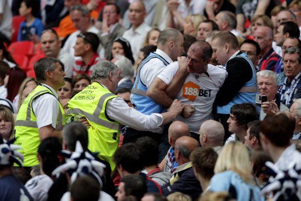 Y un aficionado del Bolton quiso tomar venganza, pero su error fue que b...