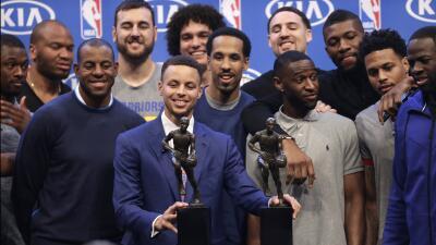Stephen Curry recibe el premio que disfruta junto a sus compañero...