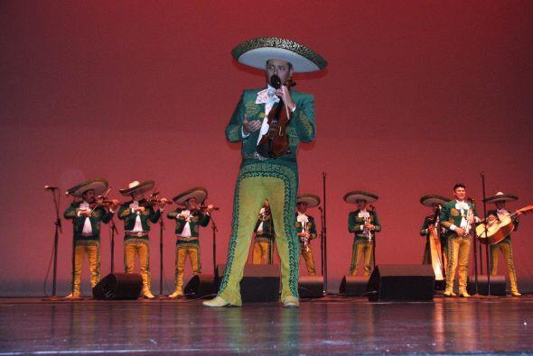 La noche continuó en medio de la música del Mariachi que entonó temas de...