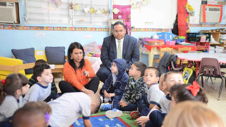 Secretario de Educación de Puerto Rico durante el regreso a clases.