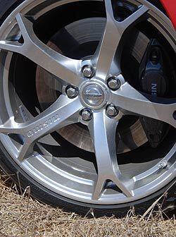 Los rines de aluminio de 19 pulgadas cuentan con neumáticos de talón baj...