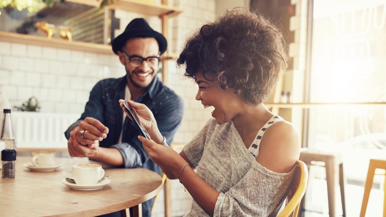 Entre risas y buen humor se fortalece una relación. ¿Será?