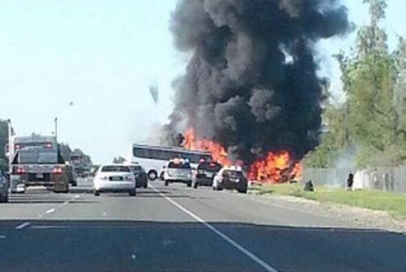 Columnas de humo se elevaron rápidamente hasta que los bomberos extingui...