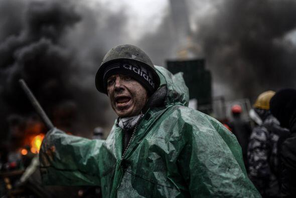 Duros enfrentamientos entre manifestantes y policías antidisturbi...