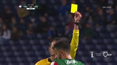Tarjeta amarilla. El árbitro amonesta a Éber Henrique Ferreira de Bessa de Marítimo