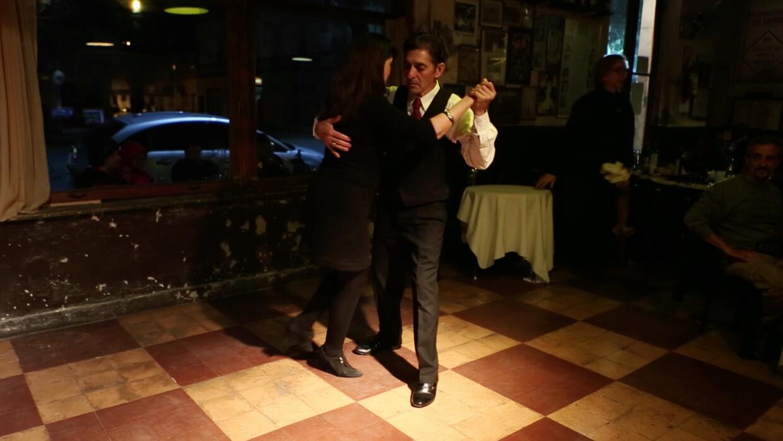 El tango milonguero se baila 'al piso'.