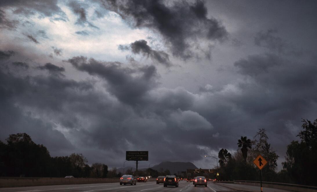 La autopista 101 el viernes por la mañana en el inicio de la tormenta.
