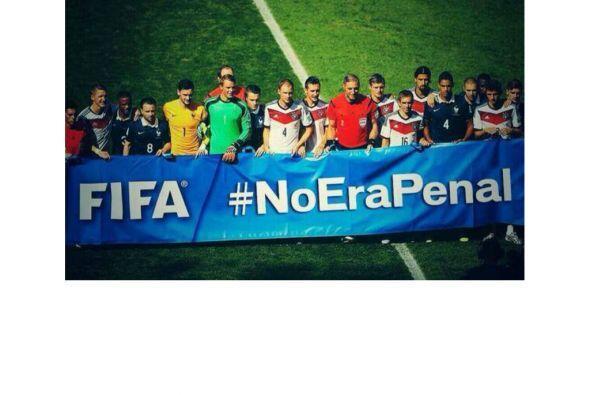 La afición de México no olvida el penal que le marcaron a Arjen Robben y...