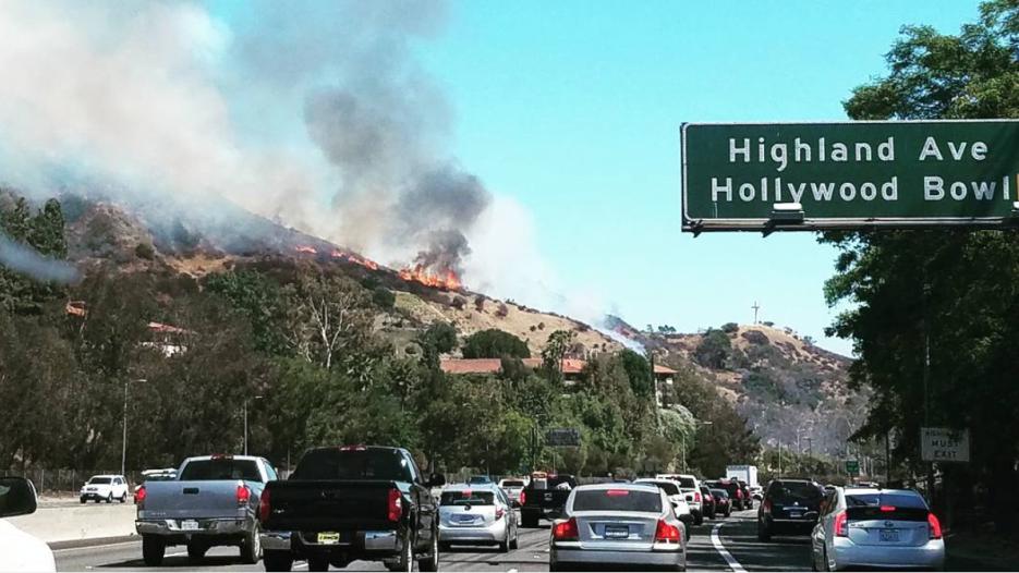 El fuego se reportó cerca de la autopista 101 y el bulevar Cahuenga.