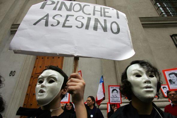 La gestión de Pinochet estuvo ensuciada por graves violaciones a los der...