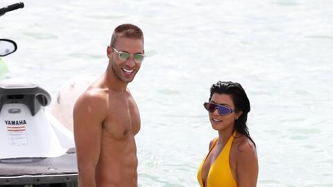 Kourtney Kardashian con un encantador traje de baño amarillo