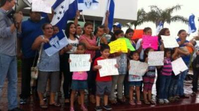 Un grupo de hondureños protesta en Miami contra las deportaciones.