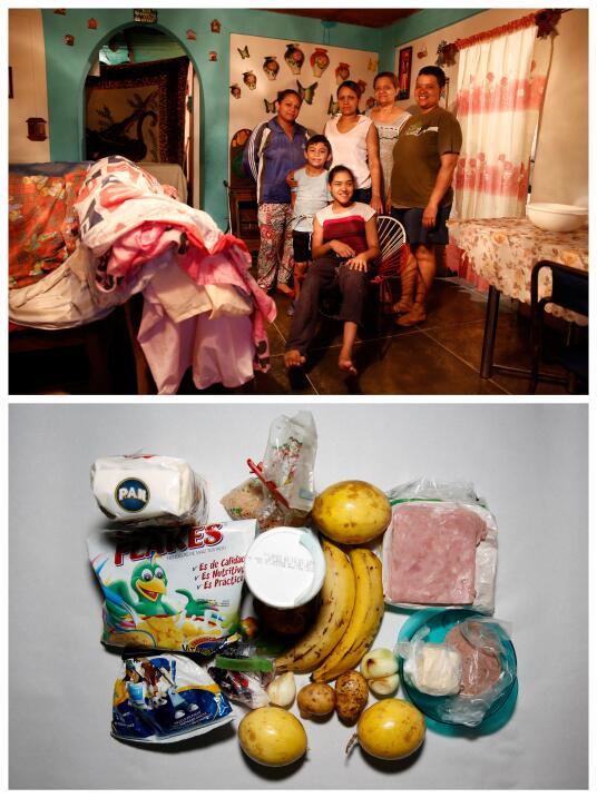 Victoria Mata posa en la foto con cinco miembros de su familia con los q...