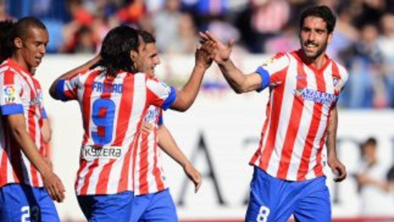 Falcao, que marcó un doblete, felicita a Raúl García que también anotó e...