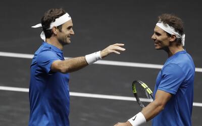 Roger Federer, a la izquierda, y Rafael Nadal, del equipo Europa, celebr...