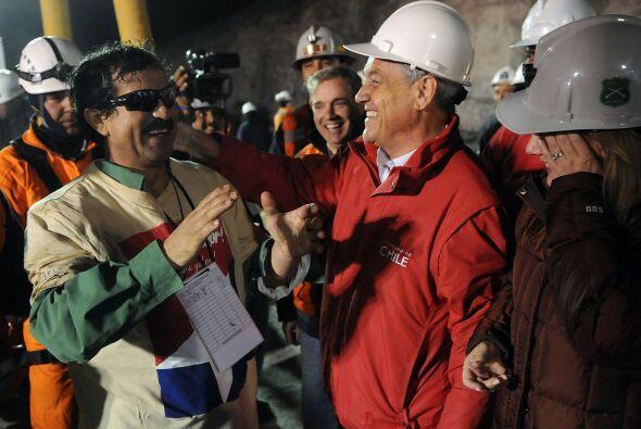 Al igual que a todos los mineros, el presidente de Chile lo recibió con...