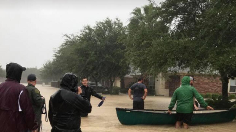 Los vecinos se organizaron para rescatar a personas que tenían su casa i...
