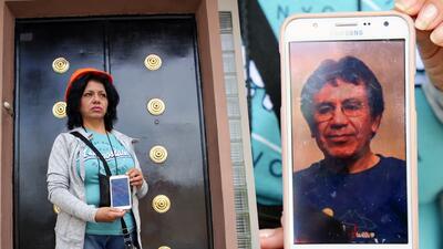 Virginia Millares, de 59 años, sostiene la fotografía de su esposo, Vice...