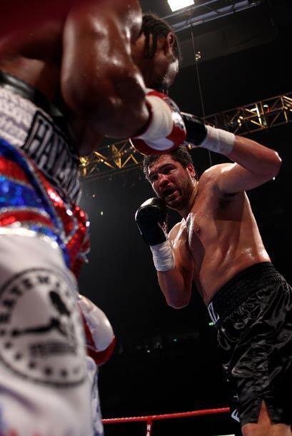Visiblemente cansado, muy golpeado y con la nariz fracturada, John Ruiz...