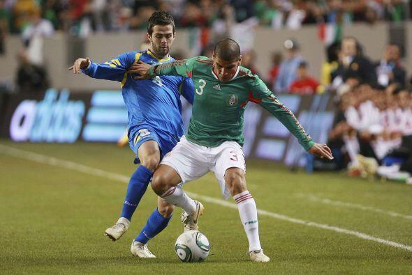 Carlos Salcido domina con demasiada naturalidad su posición de lateral i...