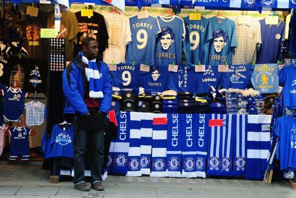A las afueras del estadio se podían ver diversos productos con el...