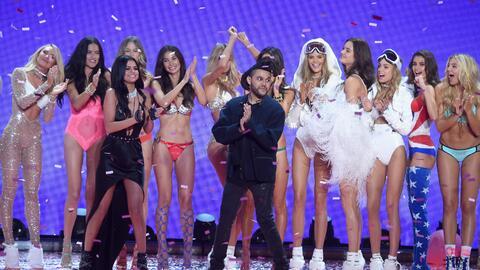Selena y The Weeknd cantaron en el Victoria's Secret Fashion Show de...