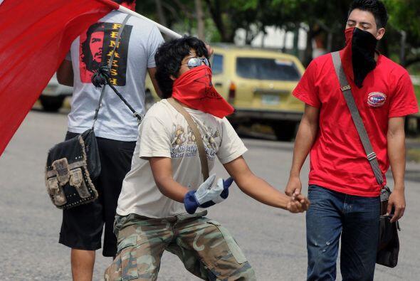 Los protestantes posteriormente se dirigieron frente al Palacio Legislat...