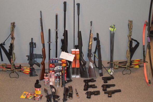 Encontrando en la residencia del estudiante: un rifle cargado, cientos d...