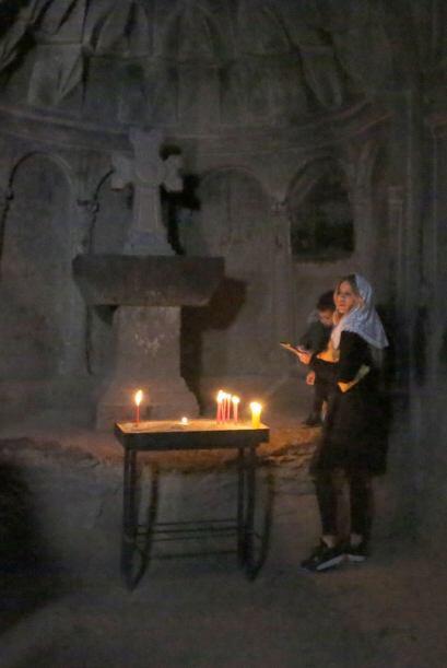 Khloé hasta lavó su cara con el agua bendita del monasterio.