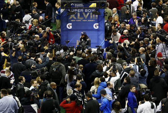 Los medios de comunicación se amontonaron con la aparición...