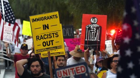 Inmigrantes y activistas protestan en Las Vegas, Nevada, contra el fin d...