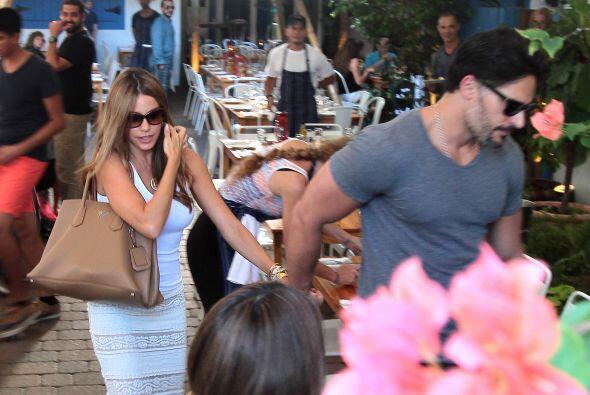 A su salida, Joe la llevó de la mano, muy protector.