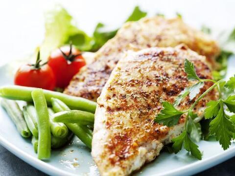Junta tus partes preferidas del pollo, previamente salteadas, pimiento (...