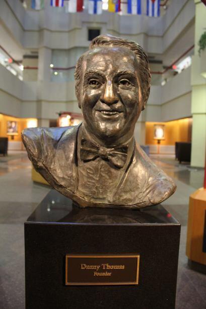 """Un busto del fundador Danny Thomas se encuentra dentro del hospital """" el..."""