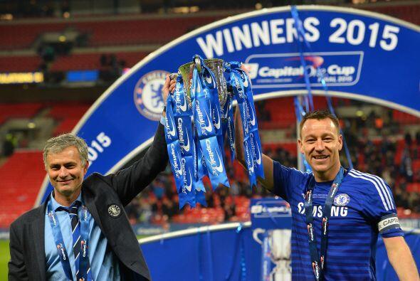 José Mourinho levanta la copa de campeón junto con el capitán John Terry.