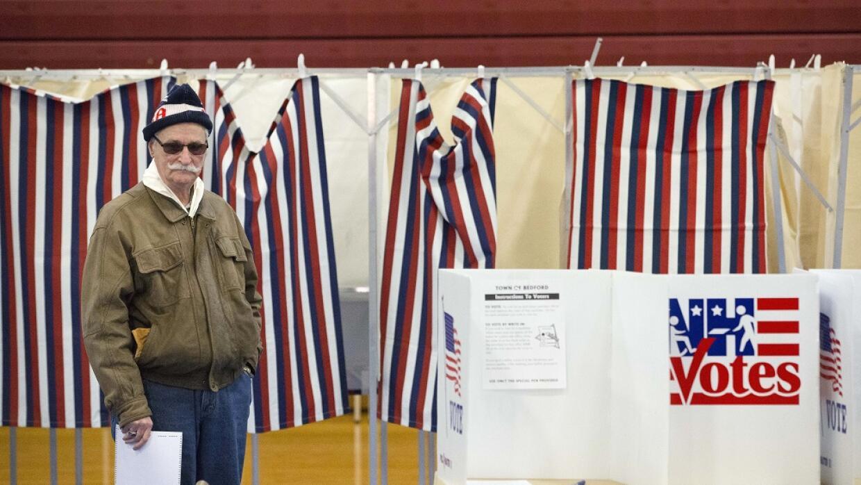 Un votante en Bedford High School, New Hampshire