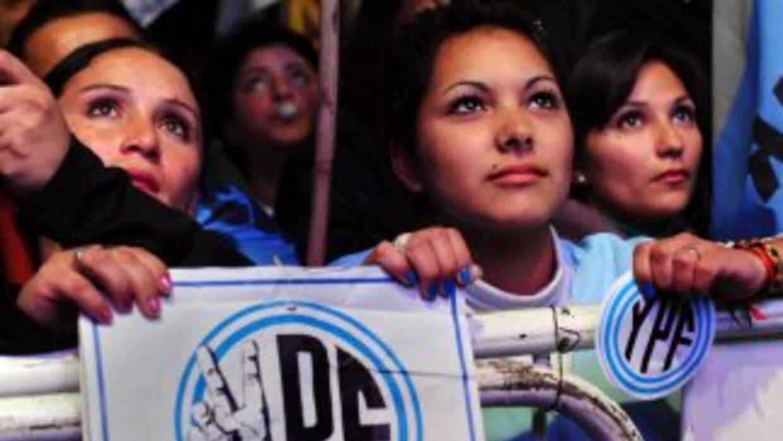 En las puertas del Parlamento cientos de militantes celebraron la decisi...