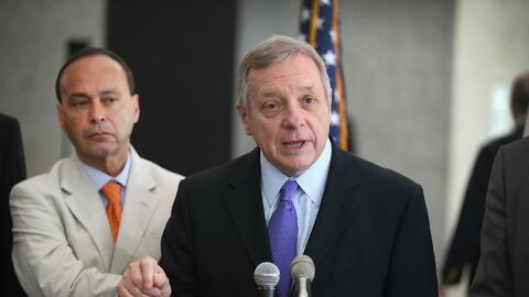 El congresista Luis Gutiérrez (D-Illinois) y el senador Dick Durbin (D-I...