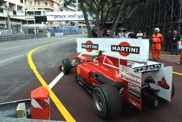 El español Fernando Alonso arrancó desde la última posición, pero logró...