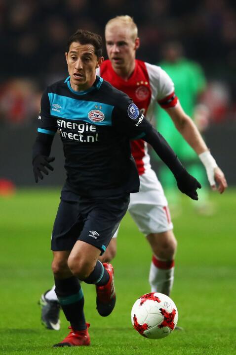 Andrés Guardado y Héctor Moreno le dan oxígeno al PSV ante el Az Alkmaar...