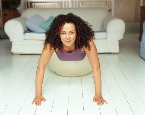 El sofá jamás te dará más beneficios que ahora ¡pues harás flexiones en...