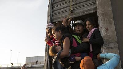 EEUU se prepara para recibir a la caravana de migrantes: cierra carriles en dos garitas fronterizas e instala barreras para guiarlos