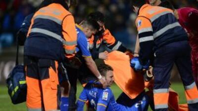 Alexis Ruano es sacado en camilla en el partido ante Barcelona.