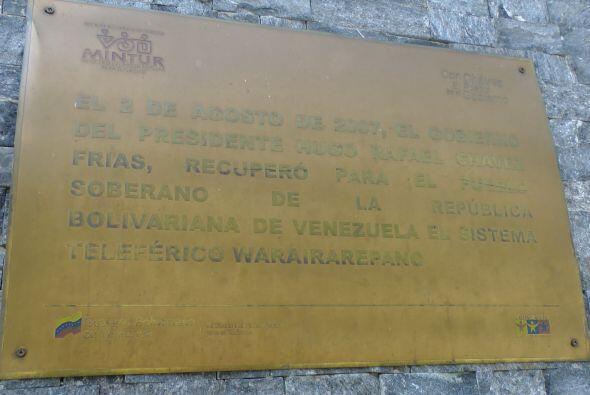 Su nombre también está en todas las esquinas y todas las edificaciones g...