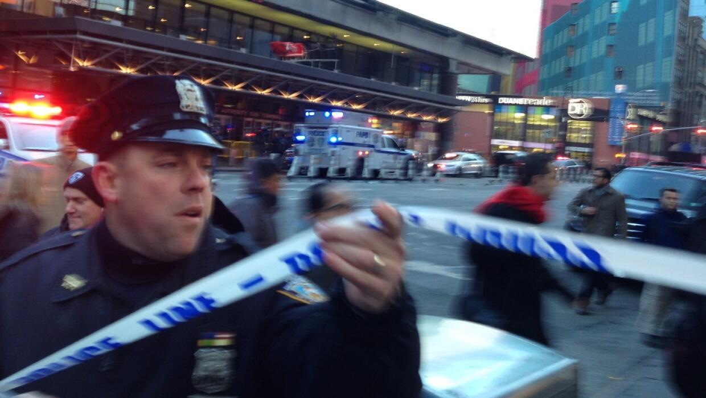 UN policía, frente a la estación donde se reportó la explosión.
