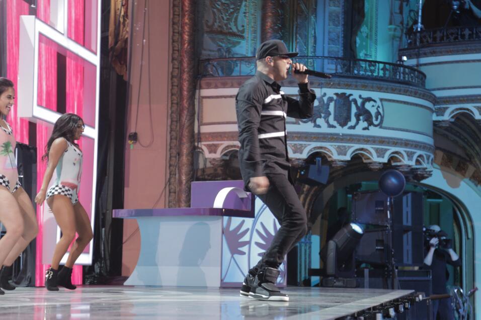 Wisin llenó de música urbana el escenario en Teletón USA.  Para donar...