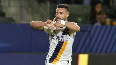 Alessandrini escribe LA con sus dedos tras marcar gol.
