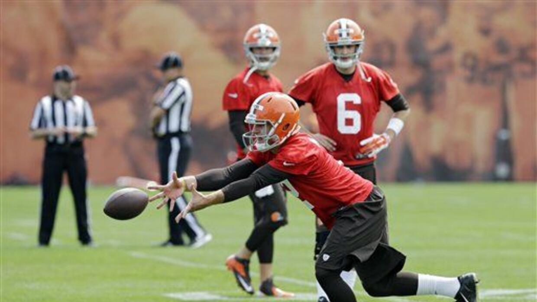 Manziel y Hoyer (6) en el campamento de entrenamiento de los Browns (AP-...